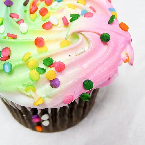 happiness is a colorful cupcake, por Laura Taylor